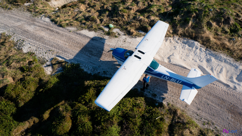 Et av flyene som kom